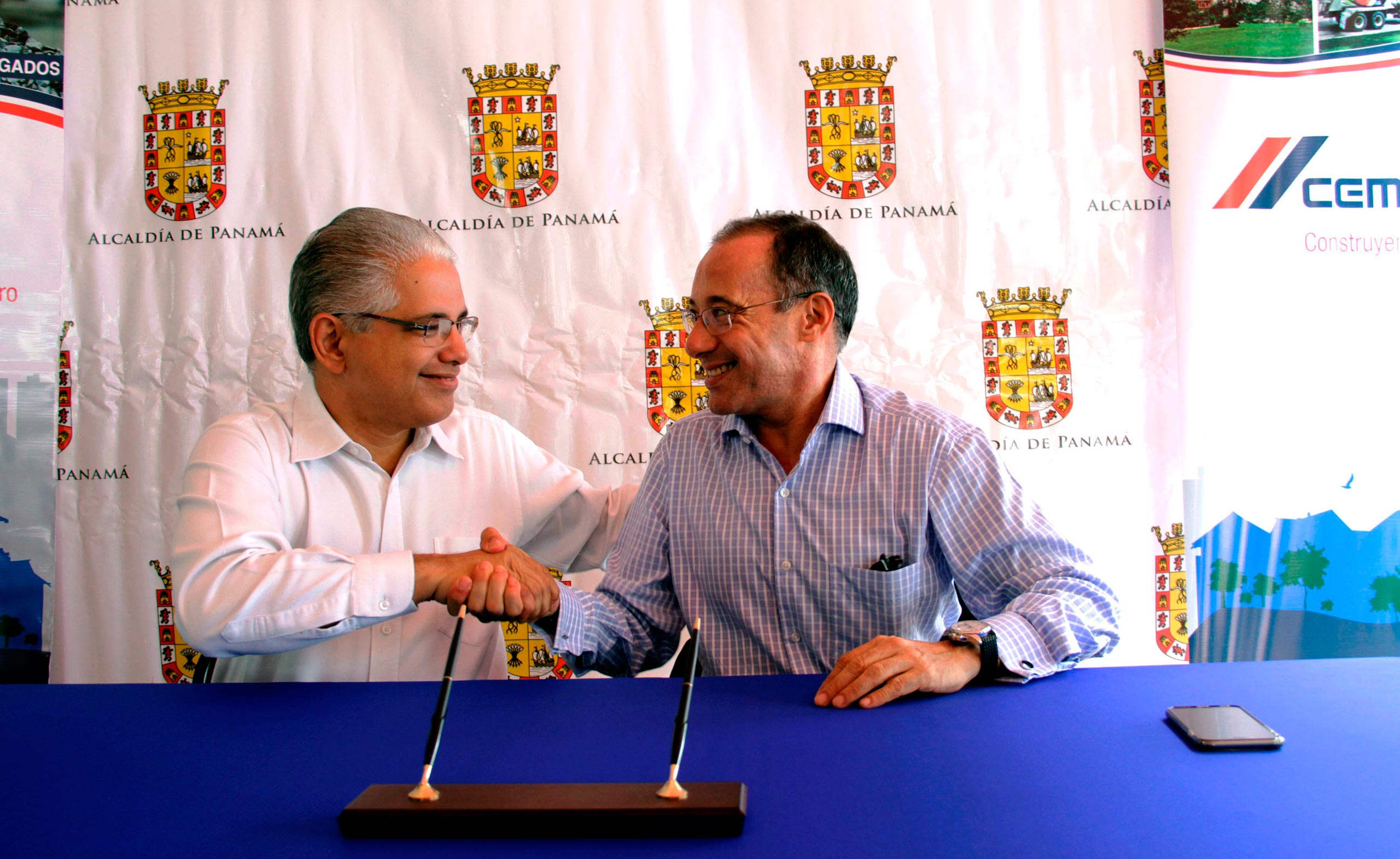 Panama City Mayor Jose Isabel Blandon and CEMEX Country President in Panama Andres Jimenez at the signing of the cooperation agreement.