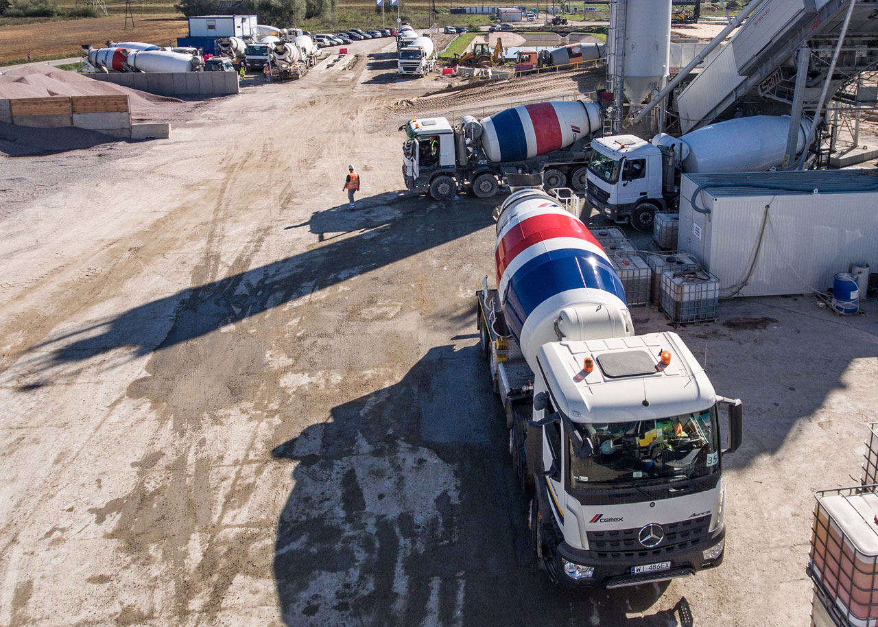 CEMEX installed two mobile concrete plants and utilized several concrete technologies to better meet the needs of this comprehensive project.  Credits: CEMEX